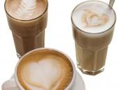 Tre kaffe latte i glass og kopp